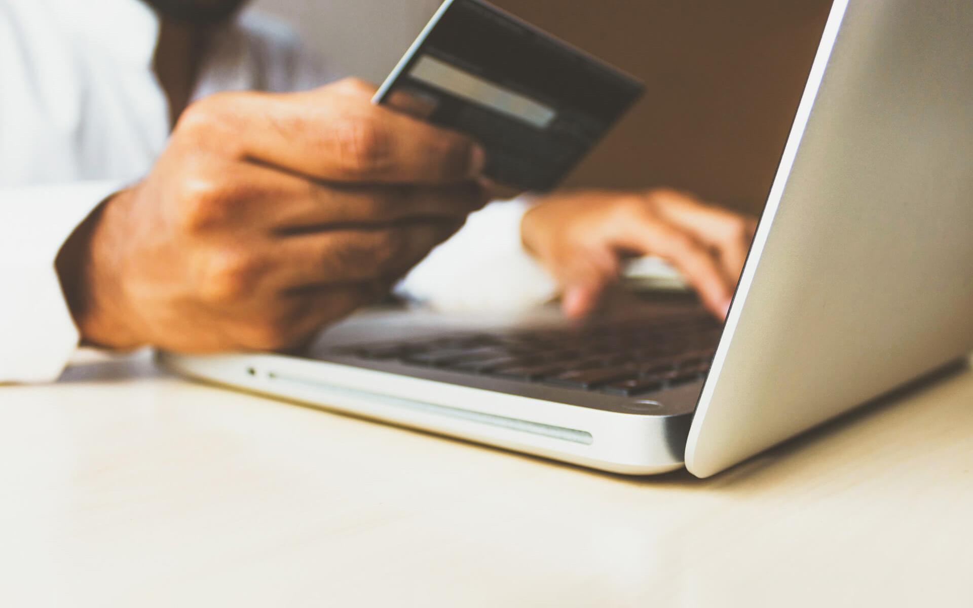Homme payant son loyer en ligne
