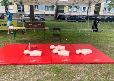Un stand pour enseigner les gestes de survie et massages cardiaques