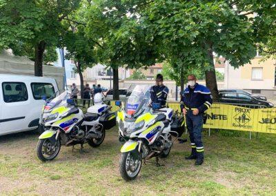 Des policiers avec leurs véhicules d'intervention