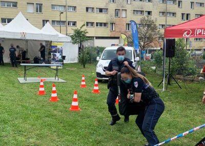 Démonstrations de techniques d'intervention par deux policiers